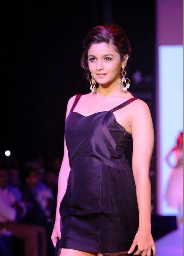 Alia Bhatt Hot Sexy Ramp Walk Photos In Black Dress - Actress Album